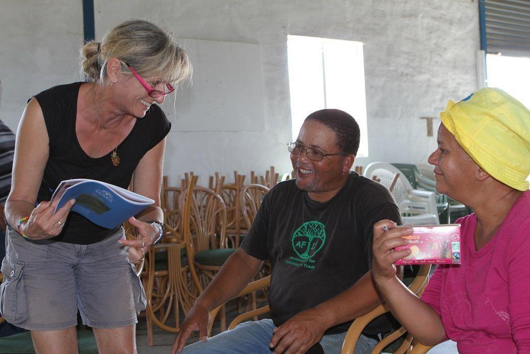 Arlette échange les nouvelles avec Martin et Tia, tous les deux membres actifs de la coopérative.